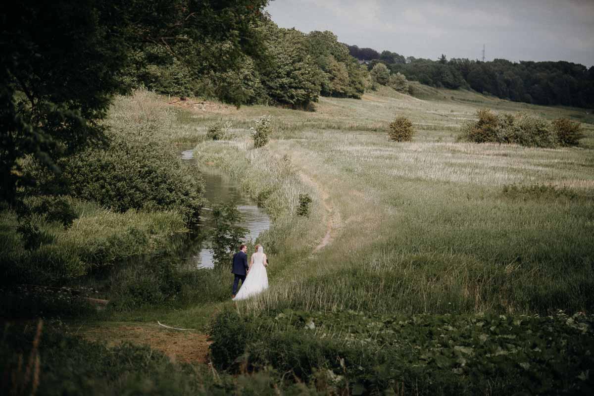 Brudepar ankommer i helikopter til bryllup i haven på Lille Restrup Hovedgaard ved Ålestrup